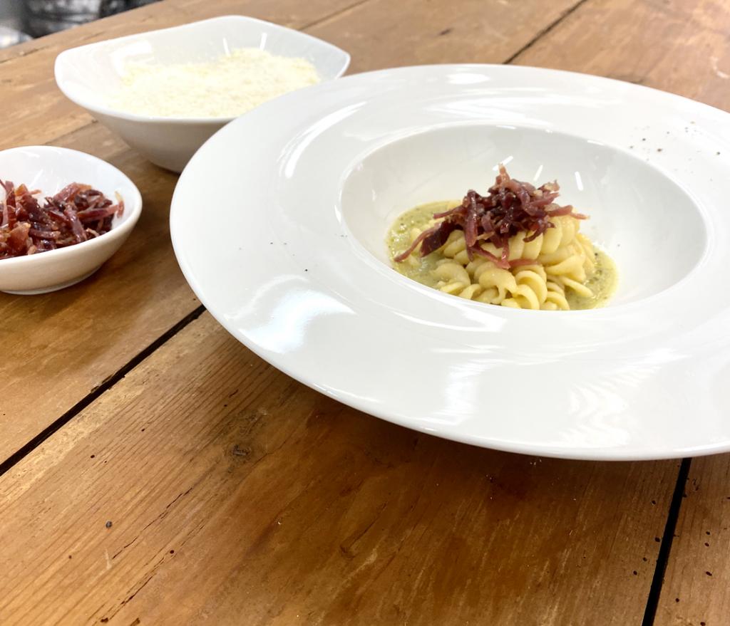 Fusilli Rummo con crema di zucchine al basilico, speck d'alpeggio e pomodorini gialli canditi (consigliato per 2 pax)