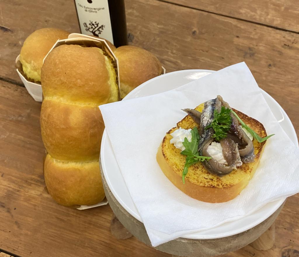 """Pan brioches artigianale con acciughe del cantabrico """"in scatolina"""" e burro di montagna montato. (consigliato per 2 pax)"""