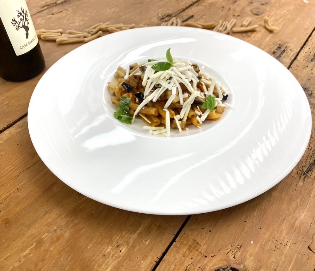 Casarecce con farina di ceci alla siciliana con melanzane fritte, gocce di pomodoro e ricotta stagionata (consigliato per 2 pax)